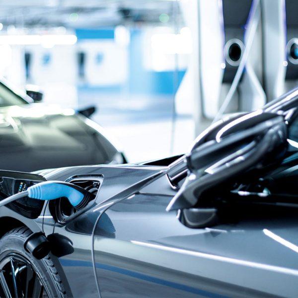 BMW i8 Elektroauto der Zukunft an der Ladestation