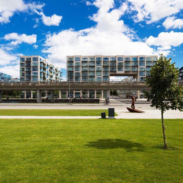 Smarte Stadt der Zukunft mit grünen Parkanlagen, versorgt mit nachhaltiger Energie
