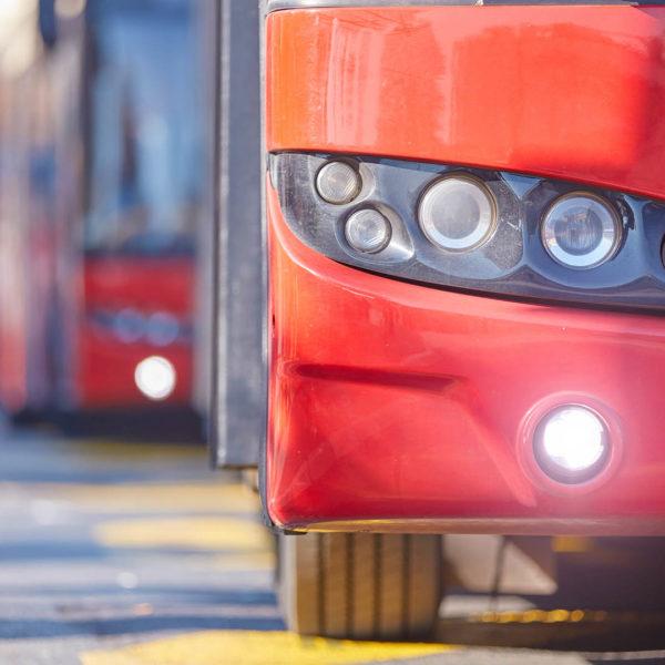 Moderner Bus im öffentlichen Nahverkehr mit Elektroantrieb