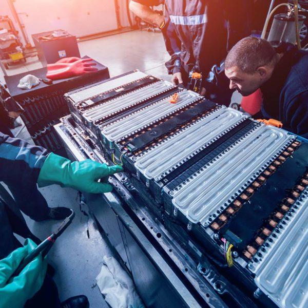 Techniker beim Austausch einer Batterie für Elektroautos